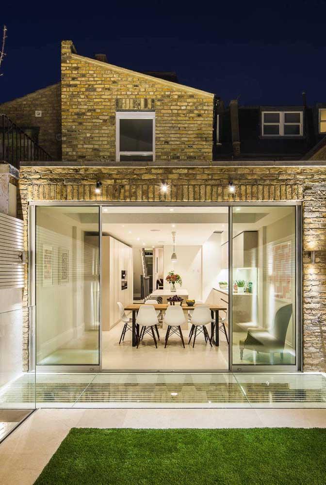 Trio de arandelas modernas para a varanda da casa; perceba que elas não integram a iluminação principal, apenas complementam