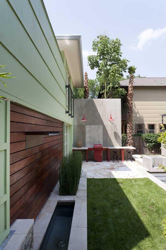 Arandelas externas vermelhas para criar pontos coloridos e iluminados no jardim