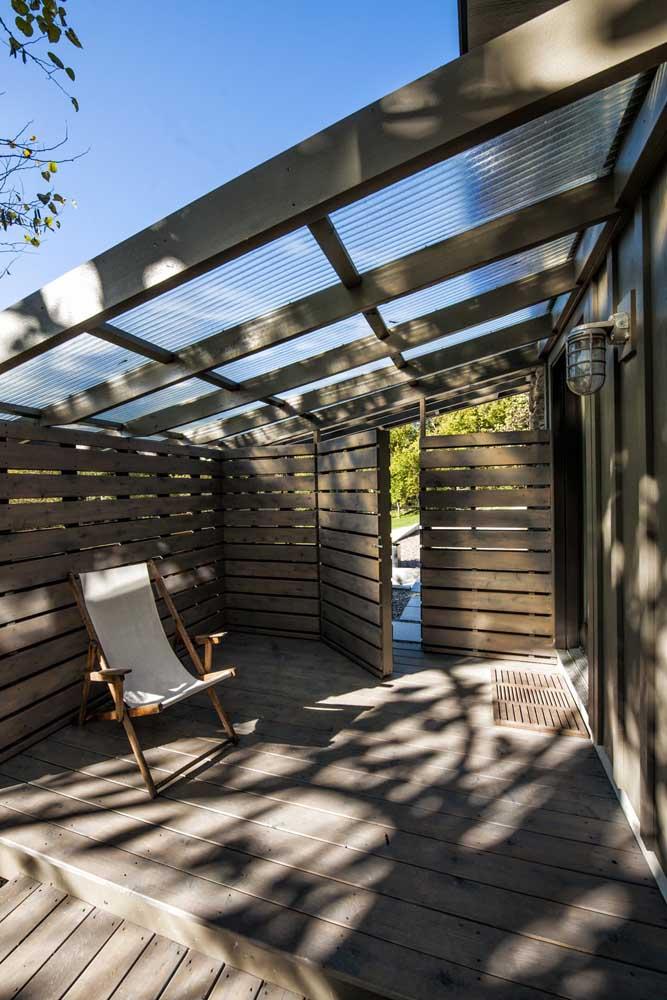 A varanda da casa, toda trabalhada em madeira, ficou ótima com a arandela externa simples