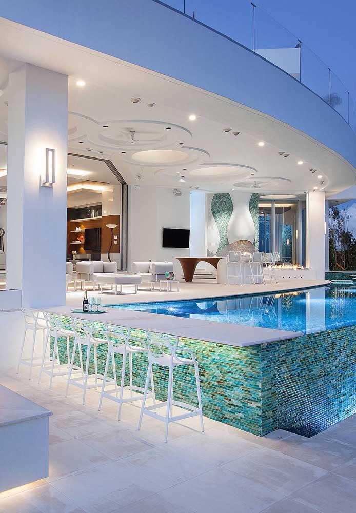 O espaço aberto para a piscina e bar ficou completo com a presença das arandelas externas posicionadas nas colunas