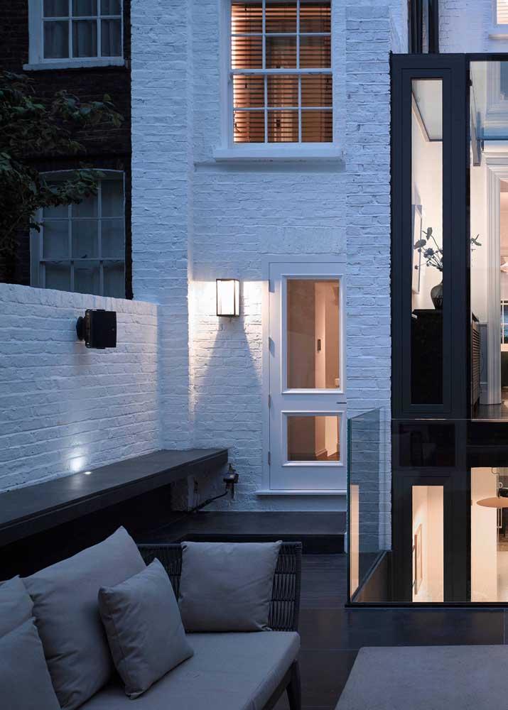 Para combinar com o estilo moderno da casa, a arandela externa com armação simples garante um facho duplo de luz em LED