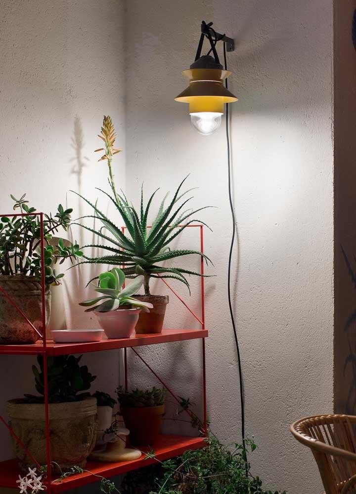 A arandela externa em ferro na cor amarela para a varanda; mais um modelo que pode ser feito facilmente em casa