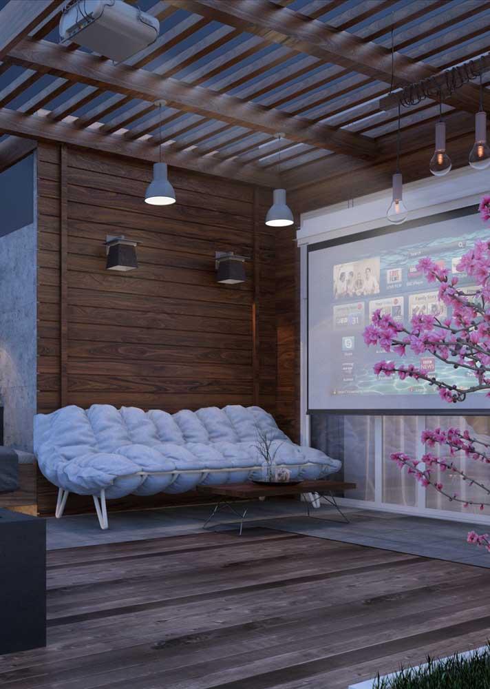 Arandela externa com ponto focal direcionado para o sofá do espaço aberto