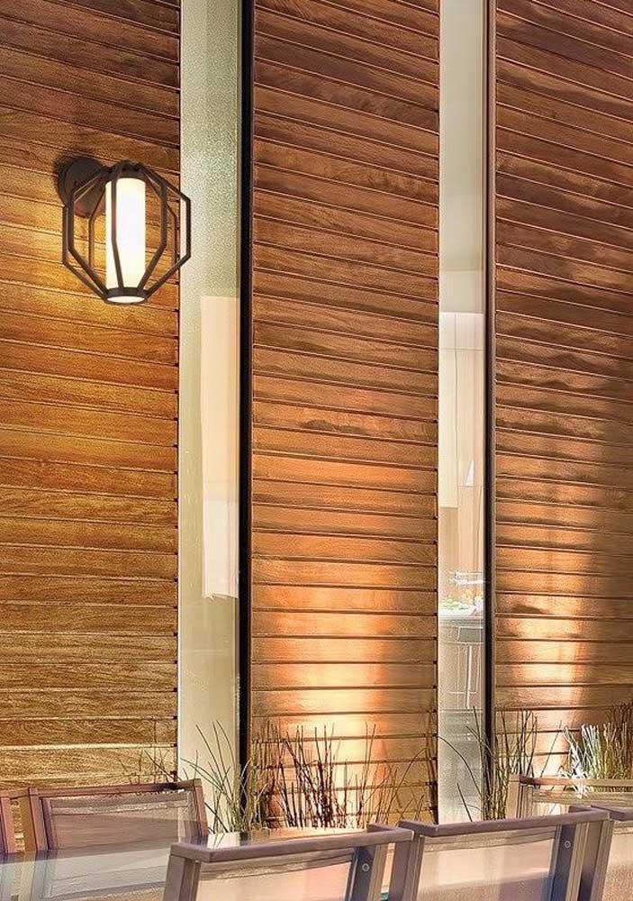Esse modelo de arandela externa ajuda a propagar mais a luz, já que possui um design aberto