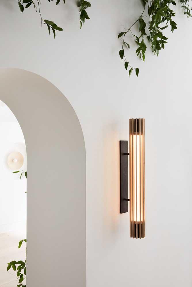 Arandela externa moderna com design longilíneo para muro de residência
