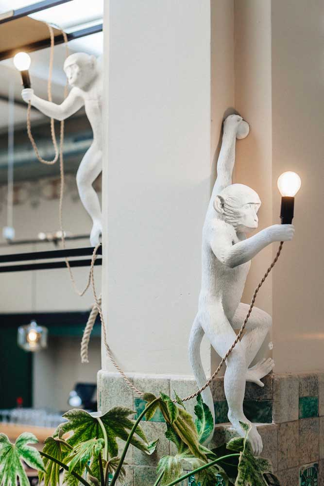 Um modelo irreverente para as arandelas externas: as lâmpadas de LED contam com o apoio das esculturas para iluminar o ambiente