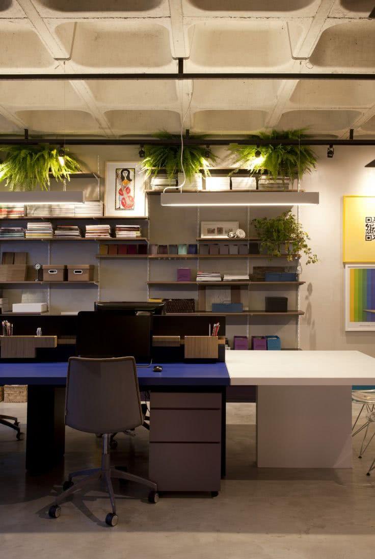 Neste projeto, as cadeiras seguem as cores da marcenaria e o estilo do escritório.