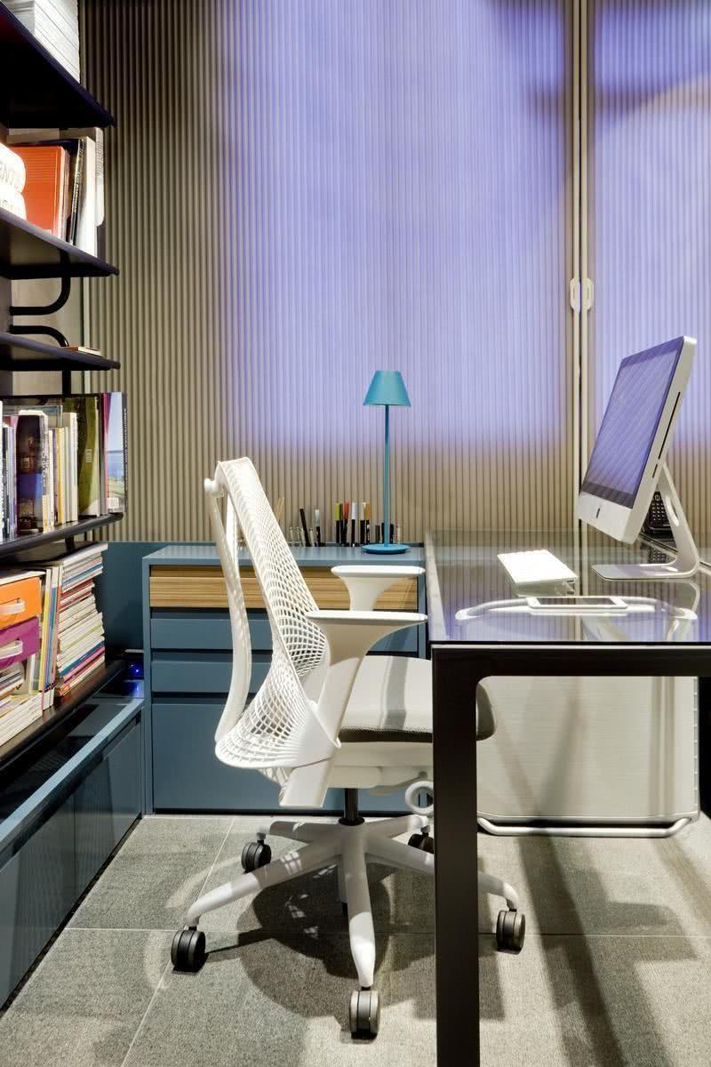 A cadeira deve ter um design confortável para a coluna, por isso ela vem com uma pequena inclinação para o encaixe da lombar.