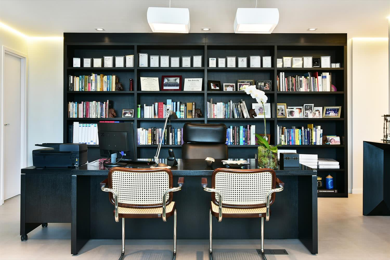 Para o escritório com esse padrão de layout, utilize modelos diferentes em cada extremidade da mesa.