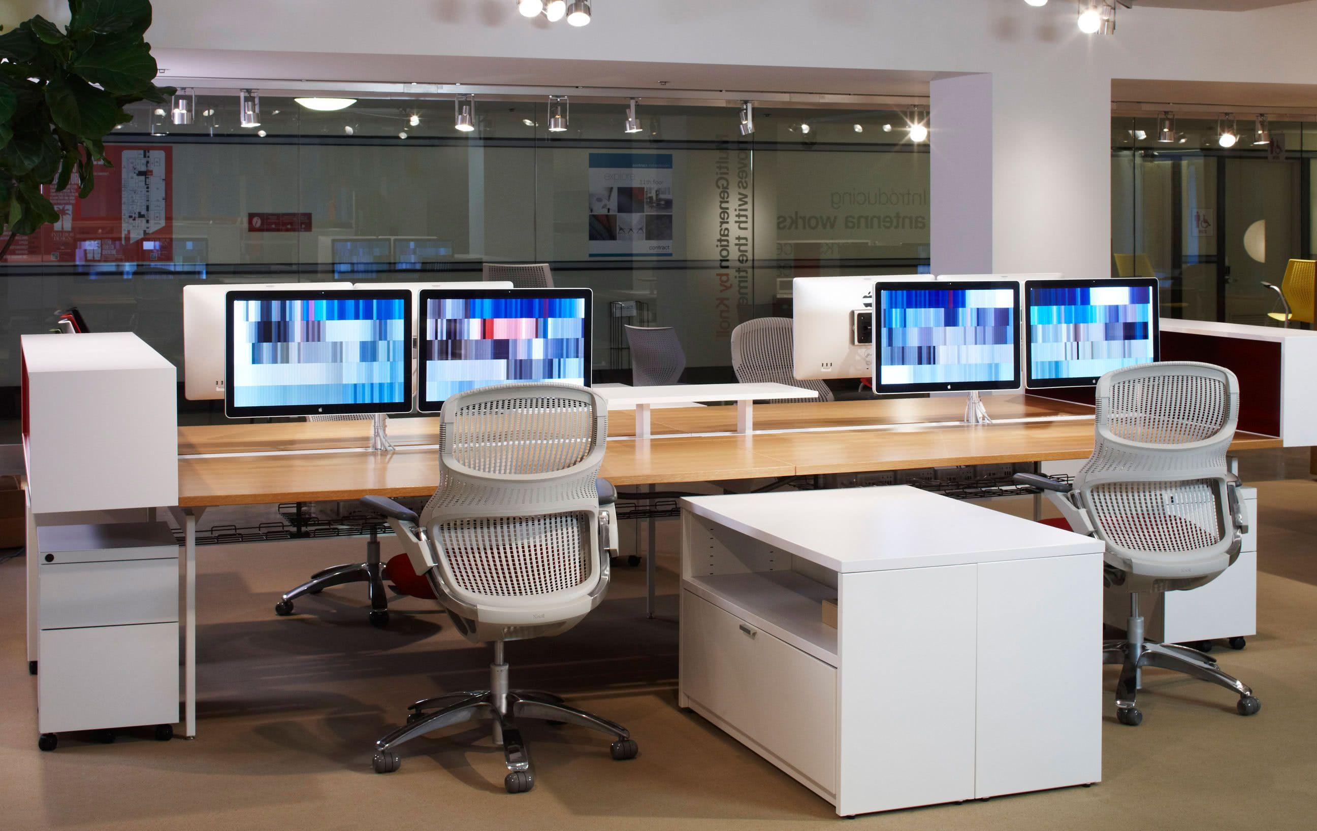 Esse modelo de cadeira é ótimo para quem utiliza mais de um monitor no trabalho.