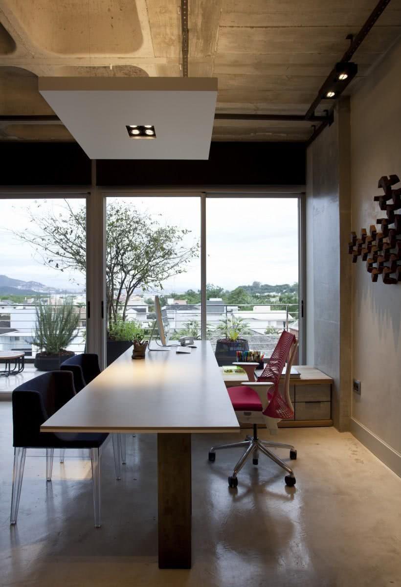 Cadeira de escritório com tecido sintético.