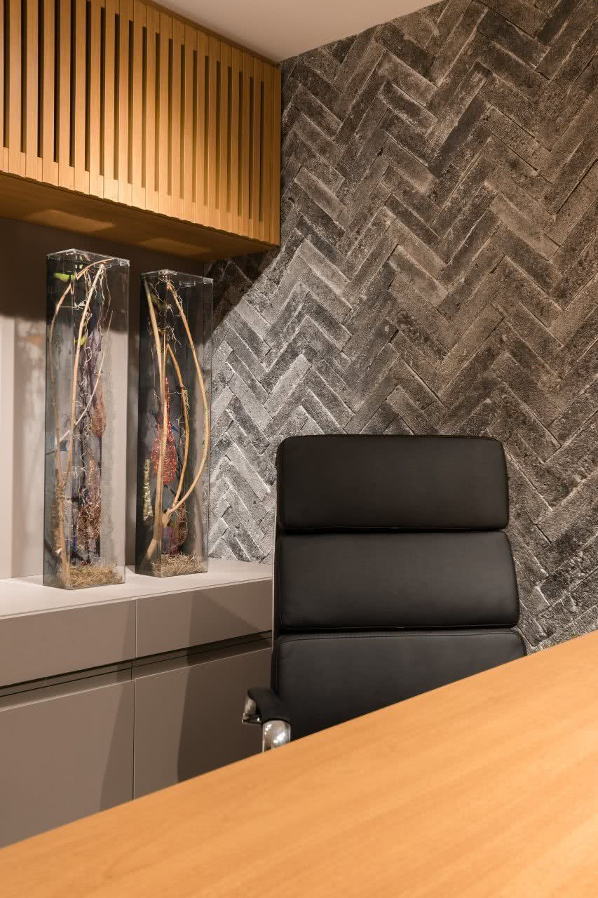 Cadeira com espaldar alto, usado em ambientes de gerência e diretoria.