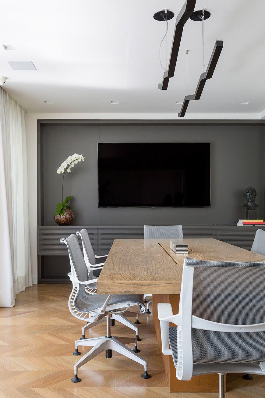 Por se tratar de uma sala de reunião com ampla circulação, as cadeiras podem ser fixas e giratórias, garantindo a mobilidade necessária.