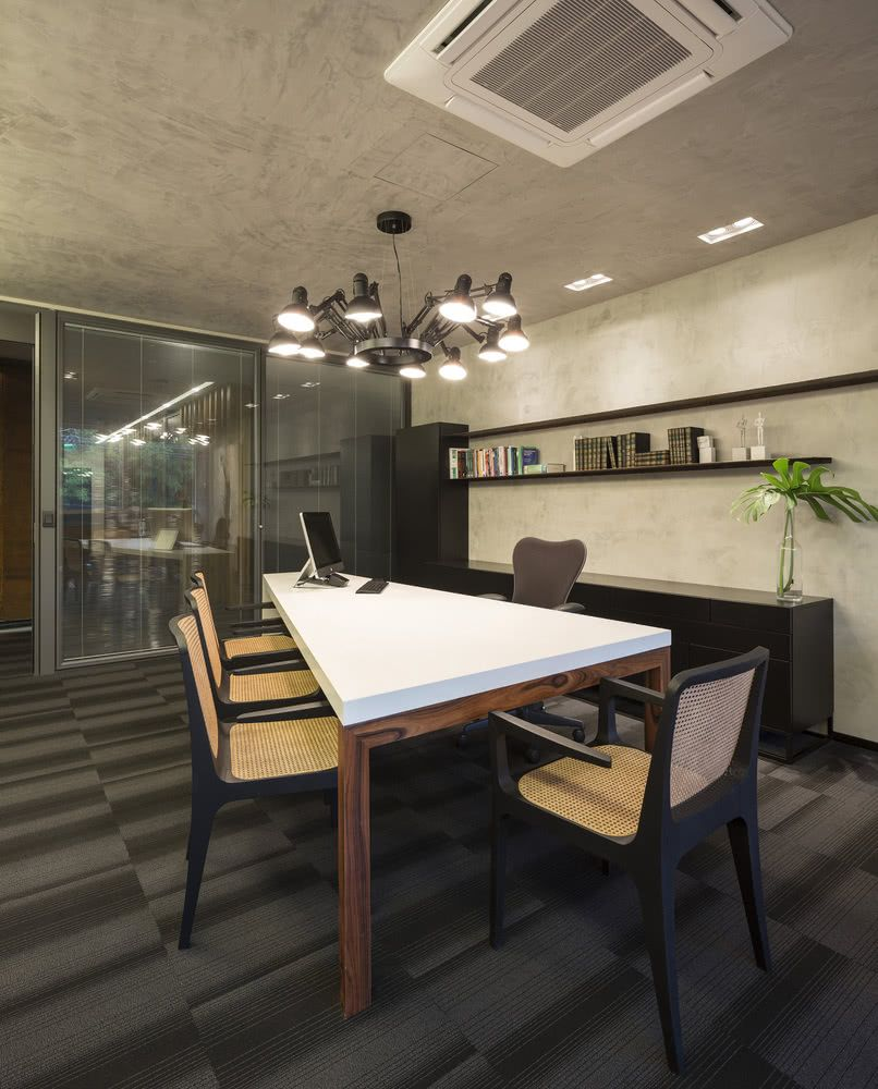 Sala de reunião com cadeiras de design assinado.