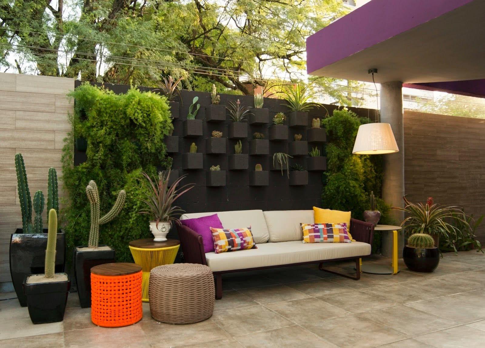 Jardim vertical com cactos.