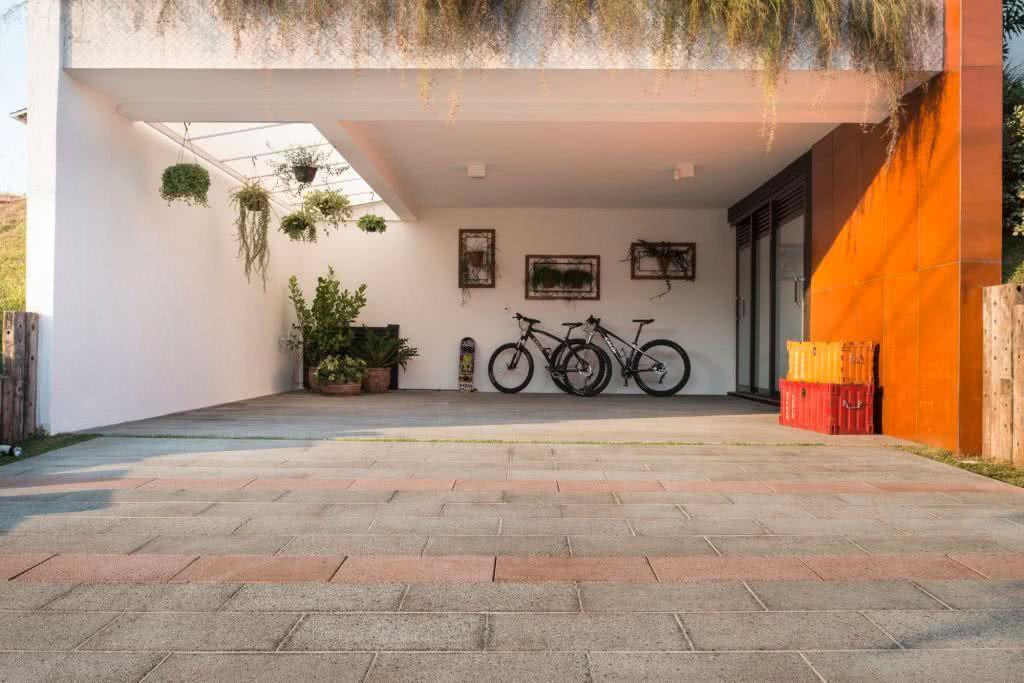 O mesmo piso da calçada pode ser utilizado na área da garagem externa