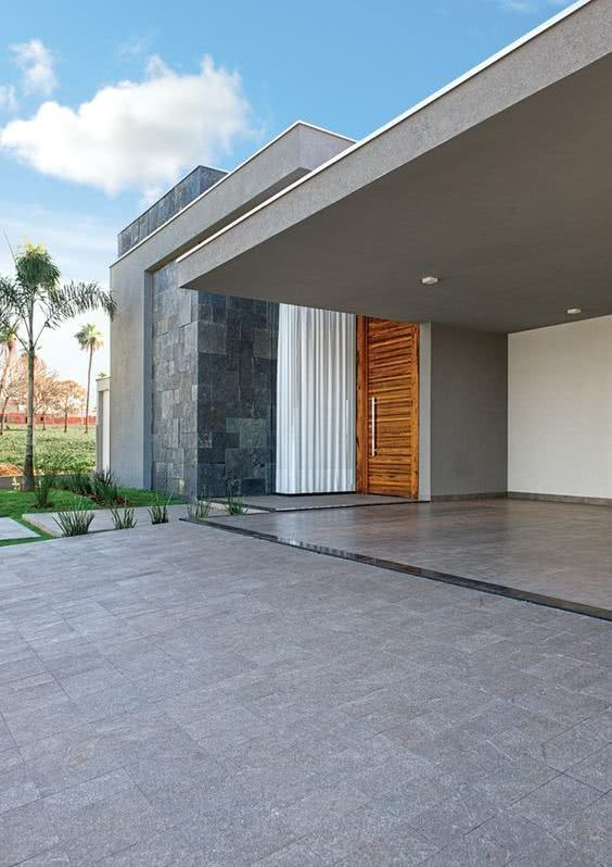 Neste projeto, o cinza invade a construção e o paisagismo