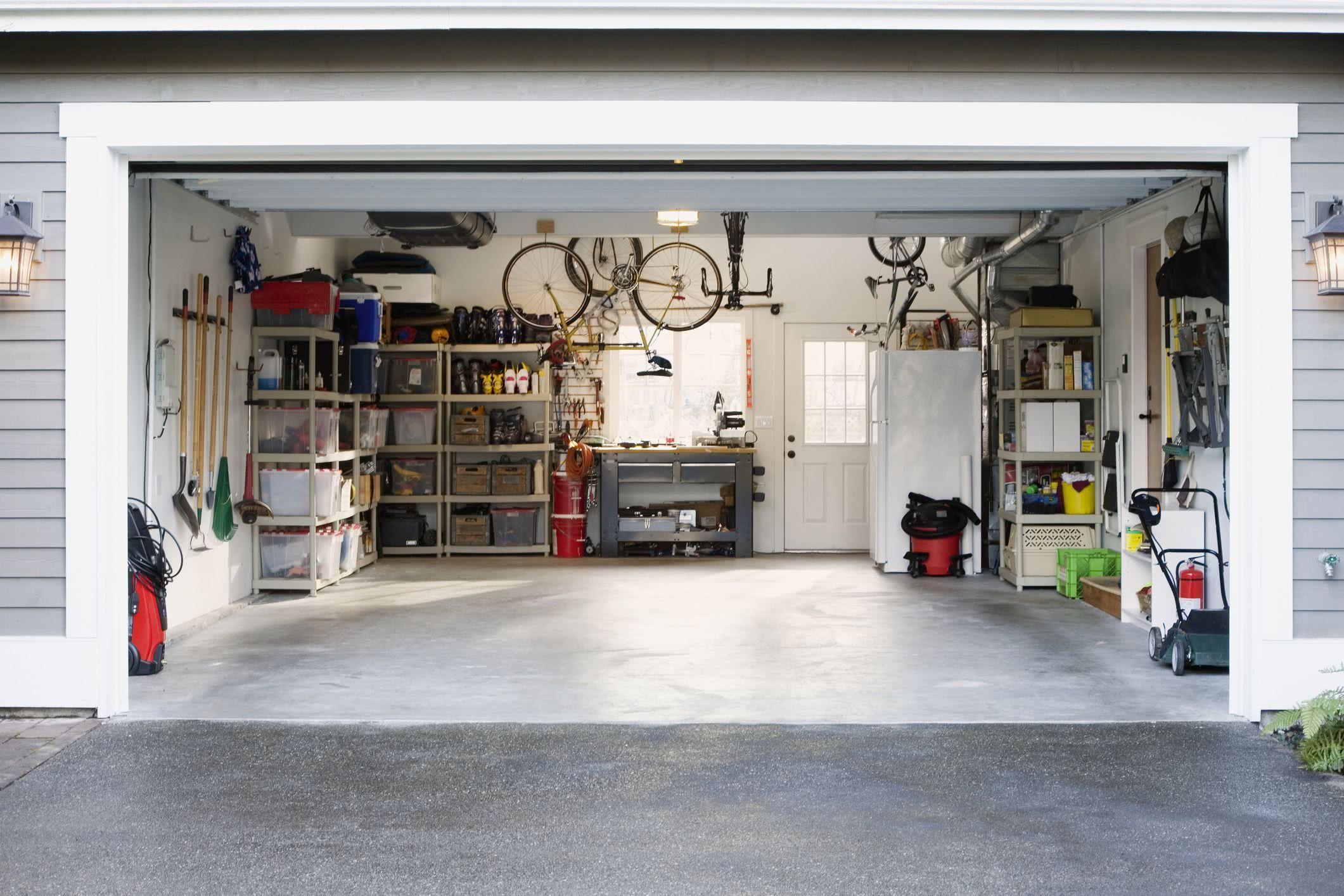 Combine o piso da garagem com o lado externo da residência