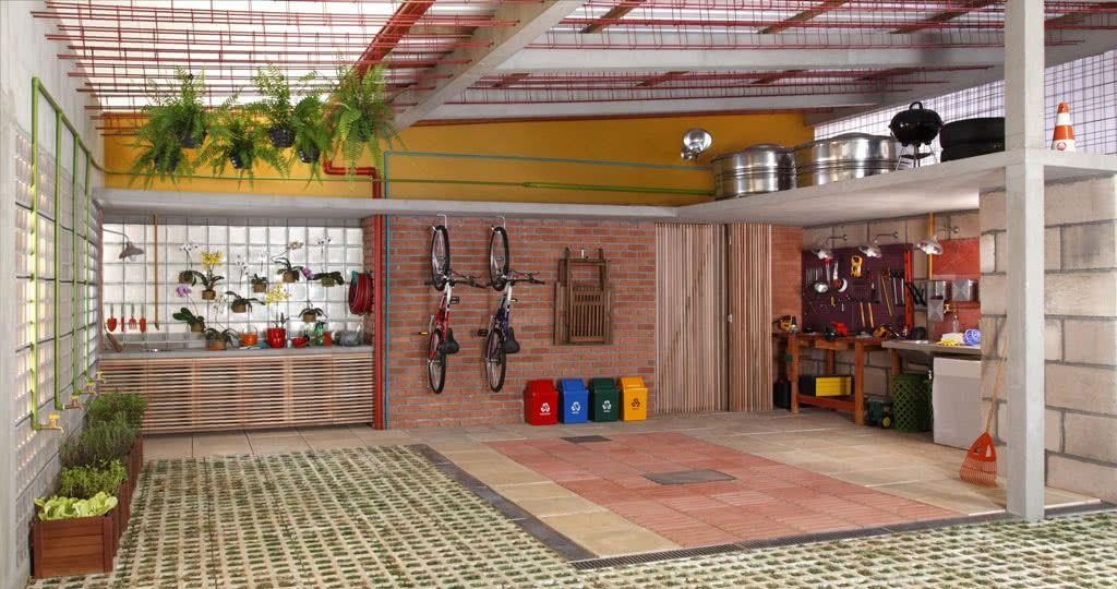 Essa garagem ganhou dois modelos de pisos: a concregrama e o azulejo emborrachado