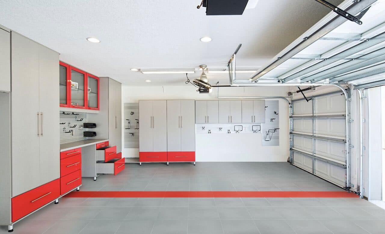Garagem com piso de cerâmica cinza e contornos vermelhos