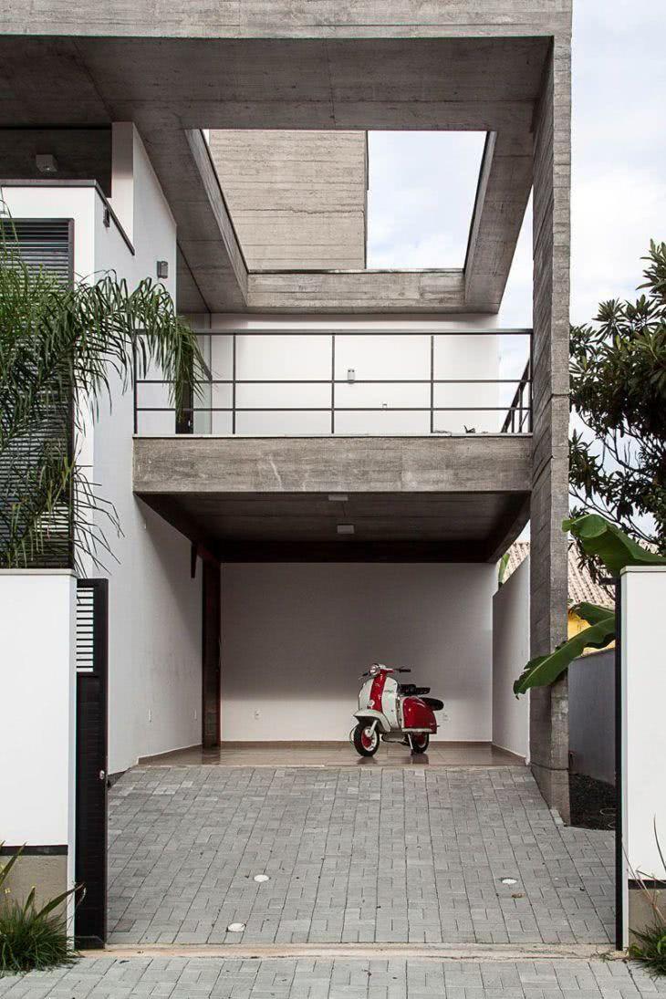 A casa moderna possui a garagem em um nível mais alto, o que permitiu mais segurança para a escolha de um piso cerâmico