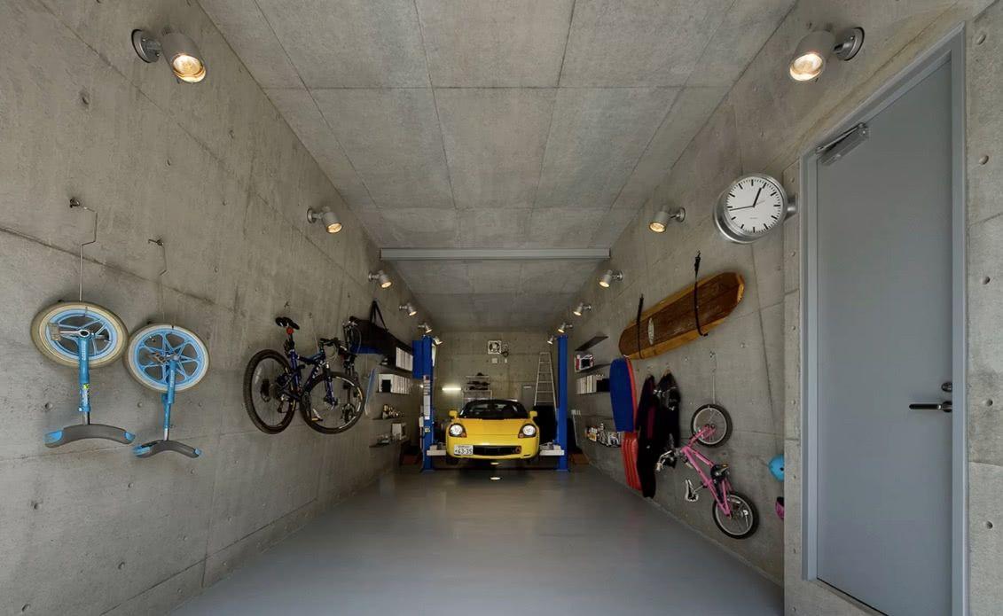 Para combinar com o ar industrial da garagem, coloque um piso com resina