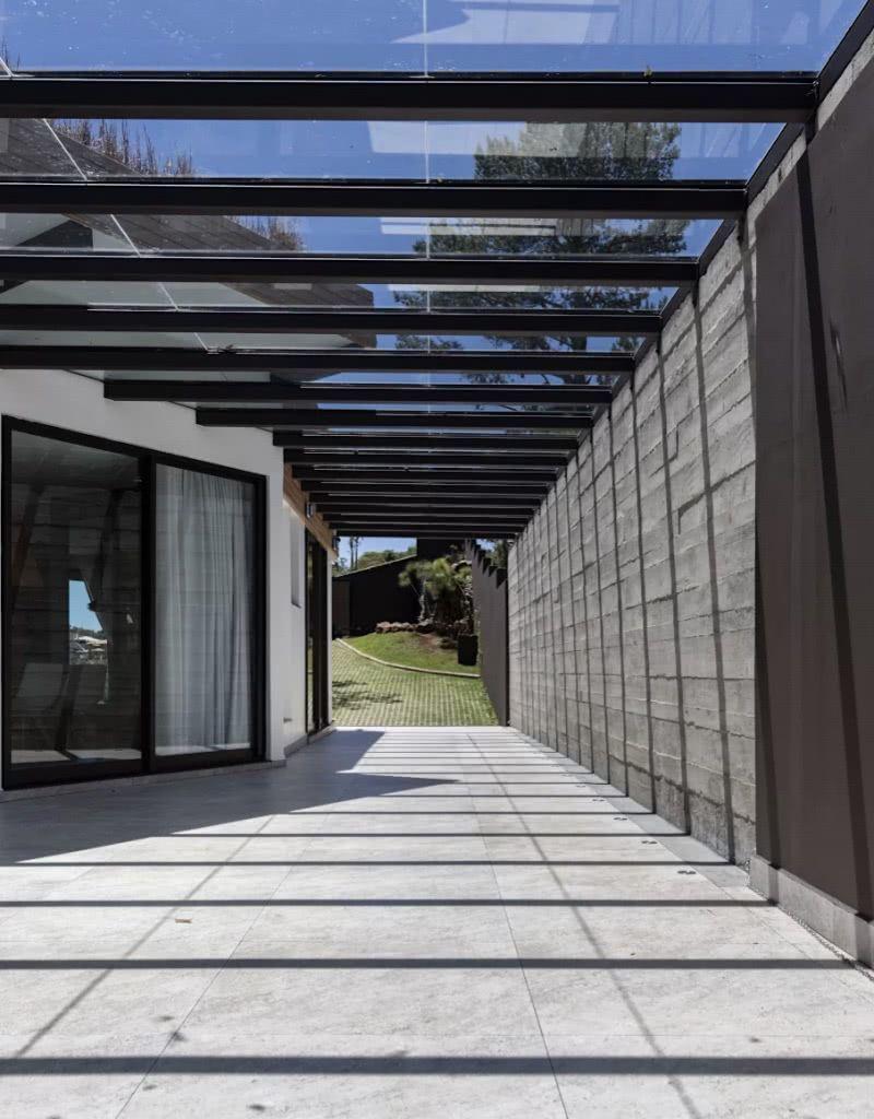 Para a garagem aberta, escolha pela cerâmica com textura mais áspera ou antiderrapante