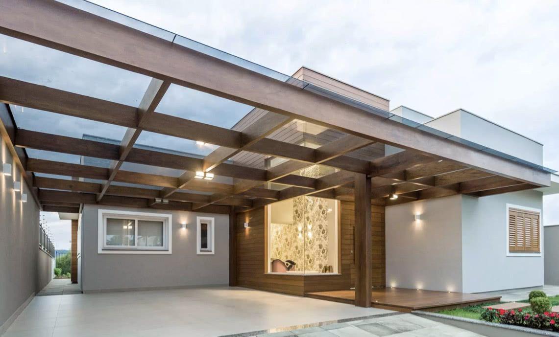 A cerâmica deu um visual moderno para a garagem com pergolado