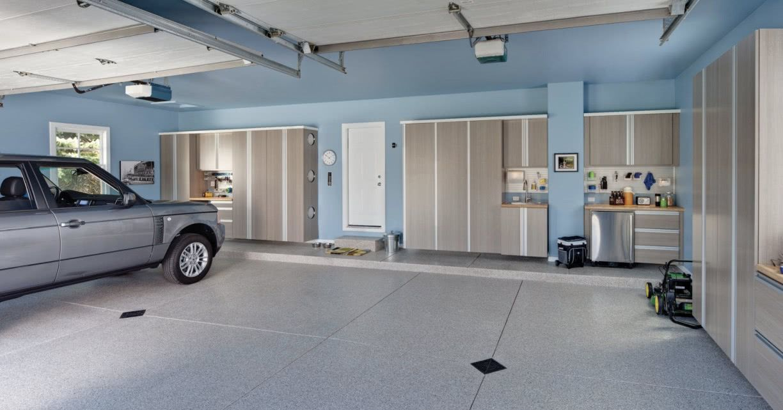 Garagem com piso cerâmico liso.