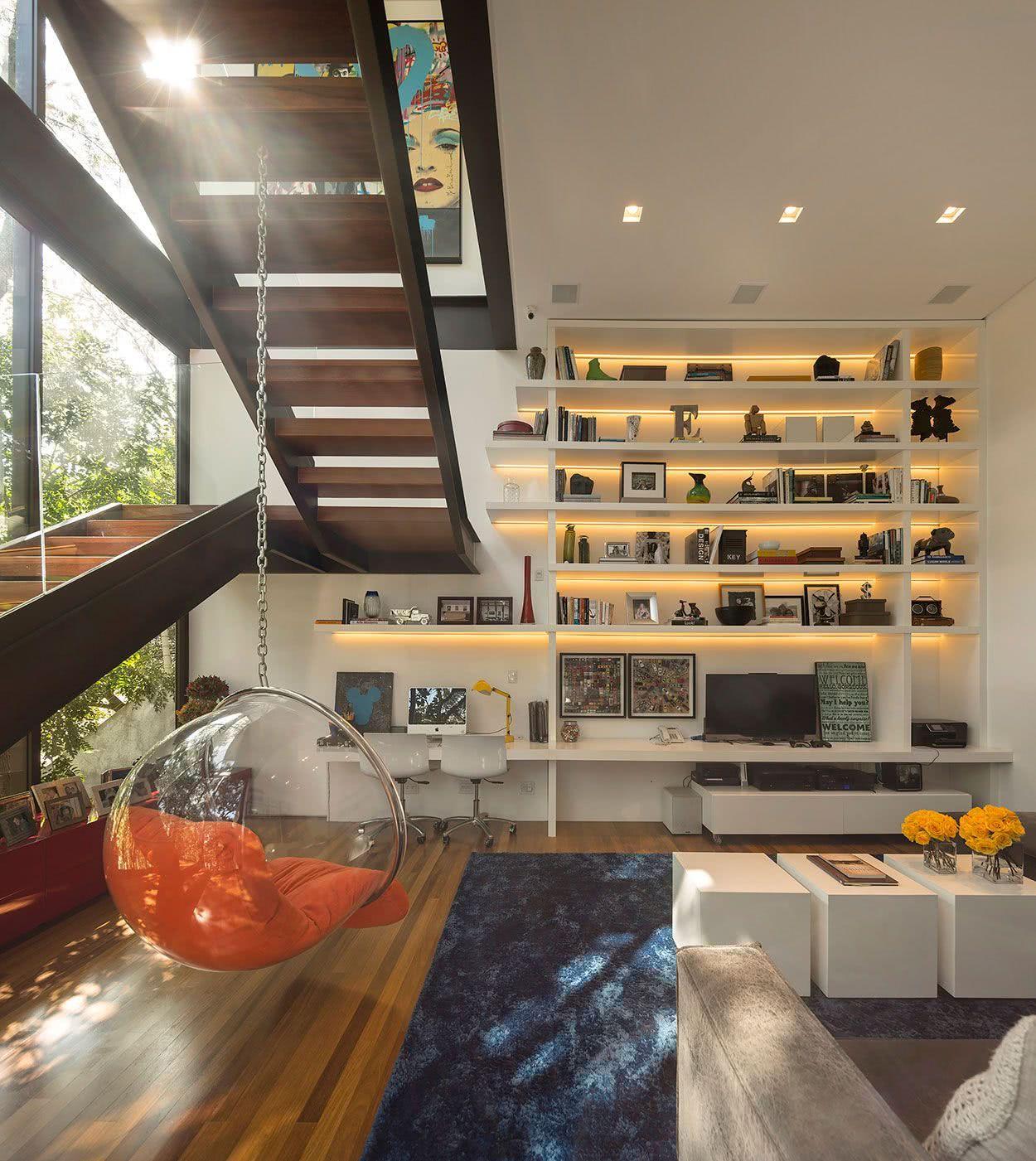 A estante com fitas de LED se destaca no ambiente
