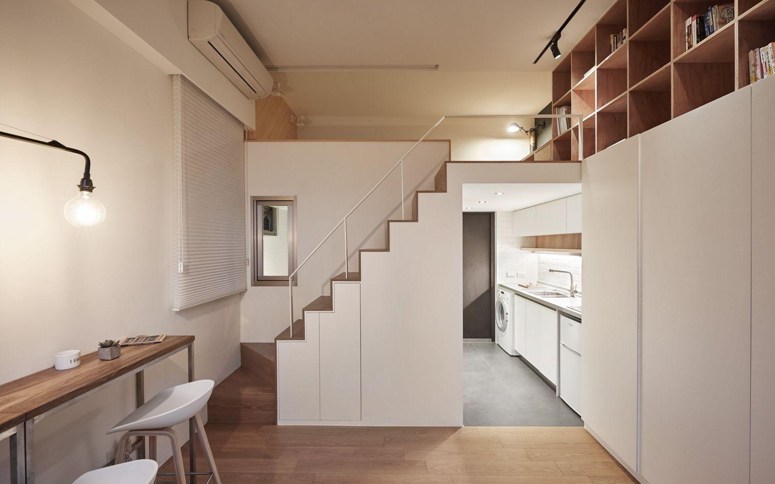 Armários e estantes são sempre bem-vindas em casas pequenas