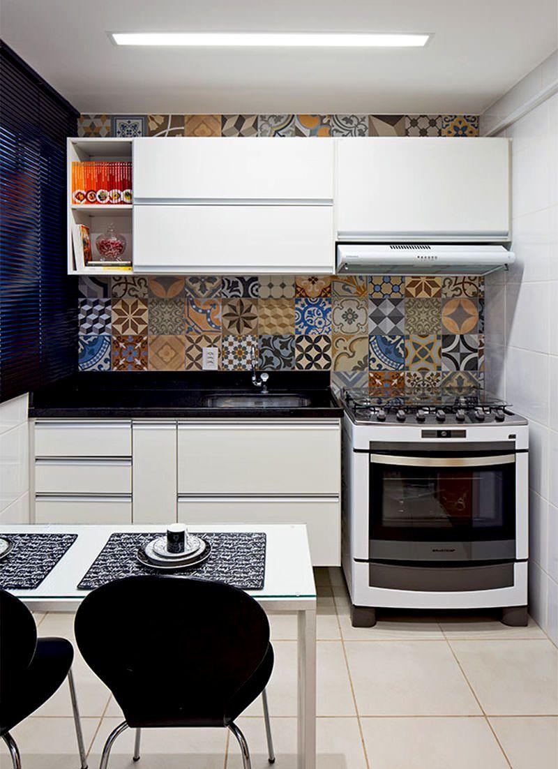 Os ladrilhos hidráulicos alegram qualquer parede de uma cozinha.