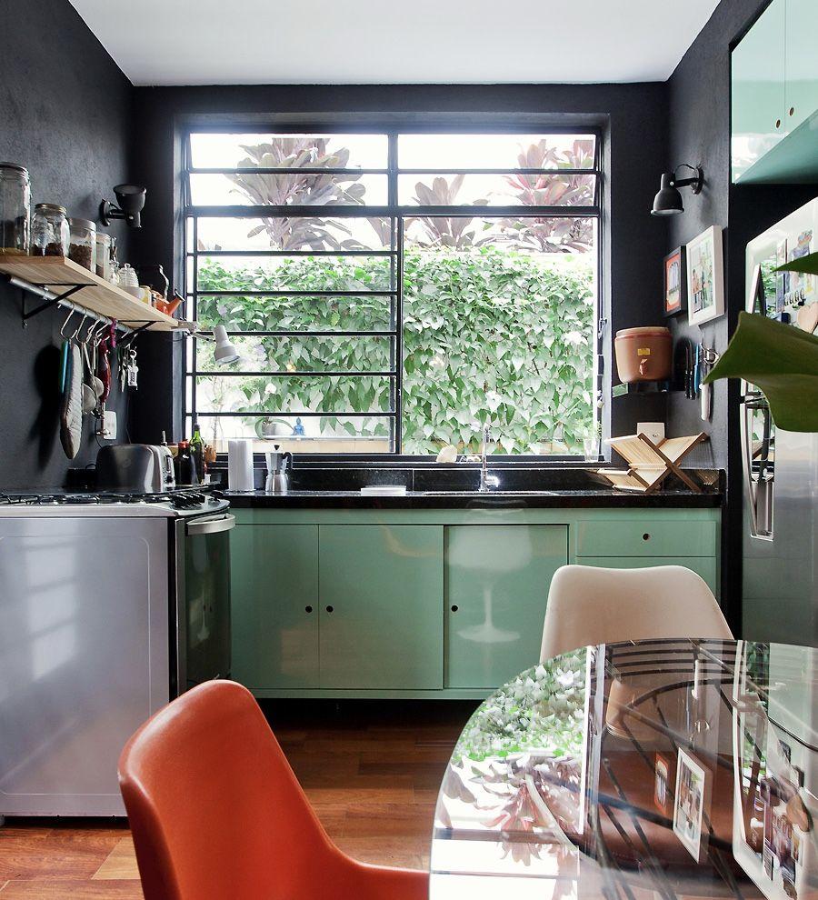 As prateleiras são ótimos itens para organizar os utensílios de cozinha.