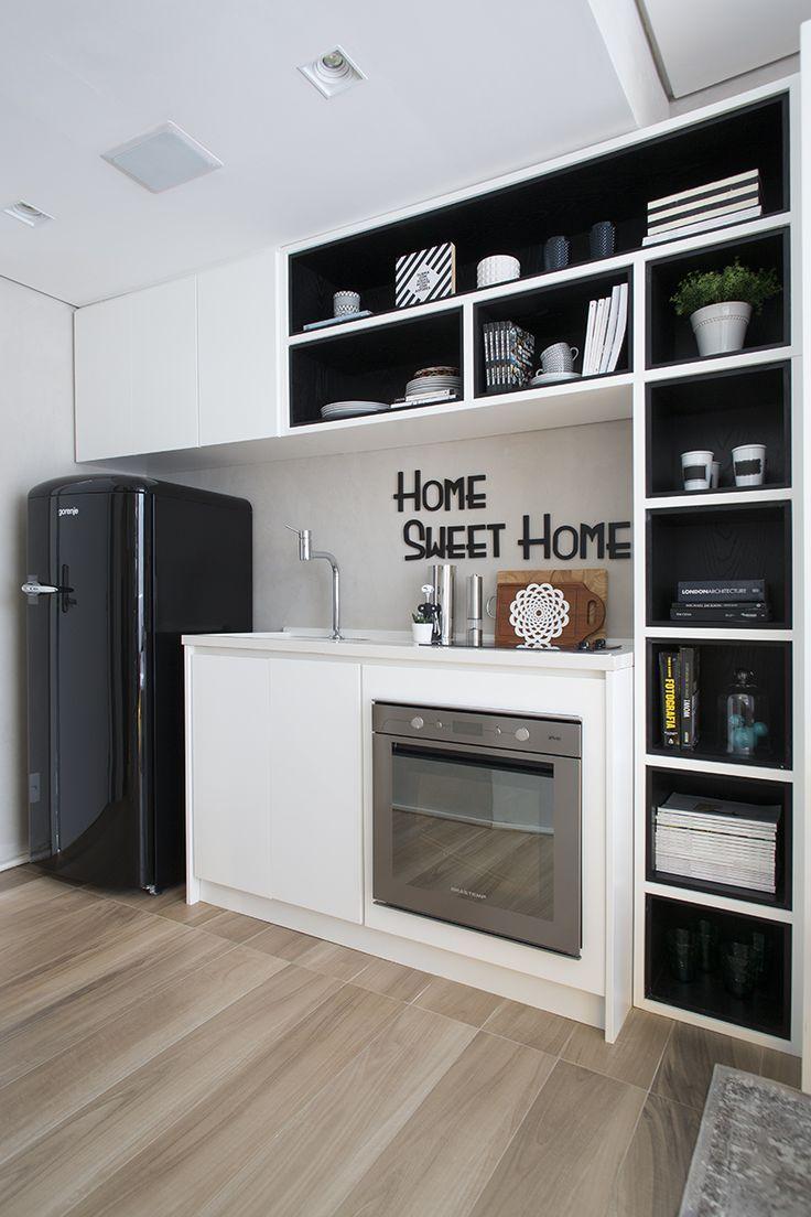 Decore a cozinha com os elementos decorativos visíveis.