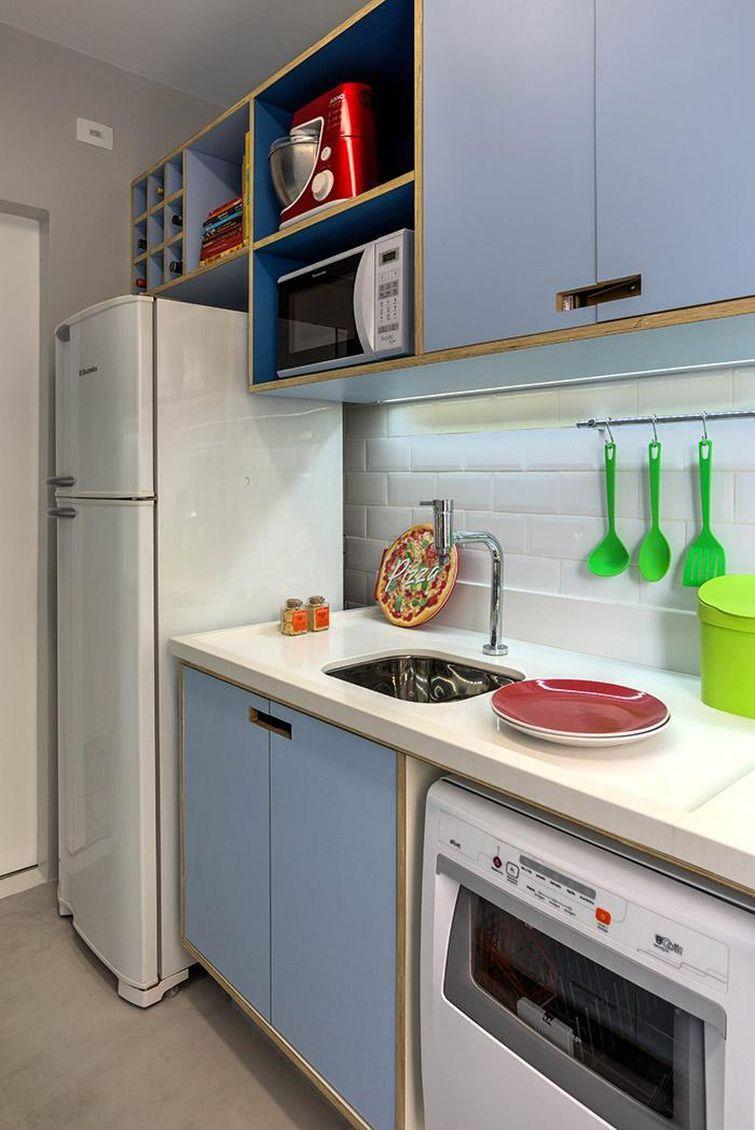 Cozinha com armários em Formica.