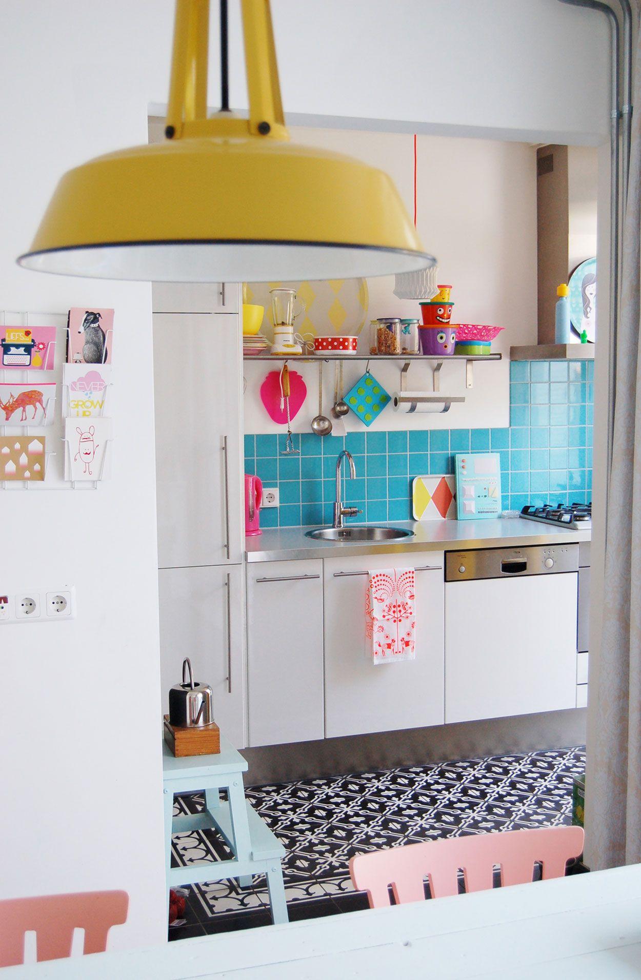 Os utensílios aparentes decoram ainda mais a cozinha