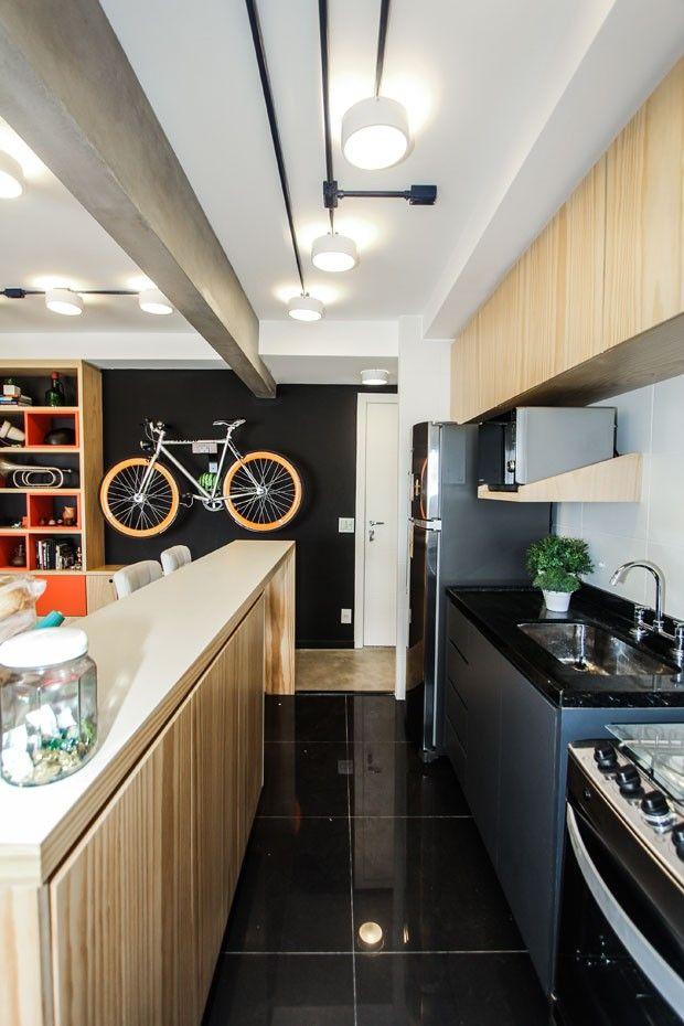 Cozinha simples com armários planejados.