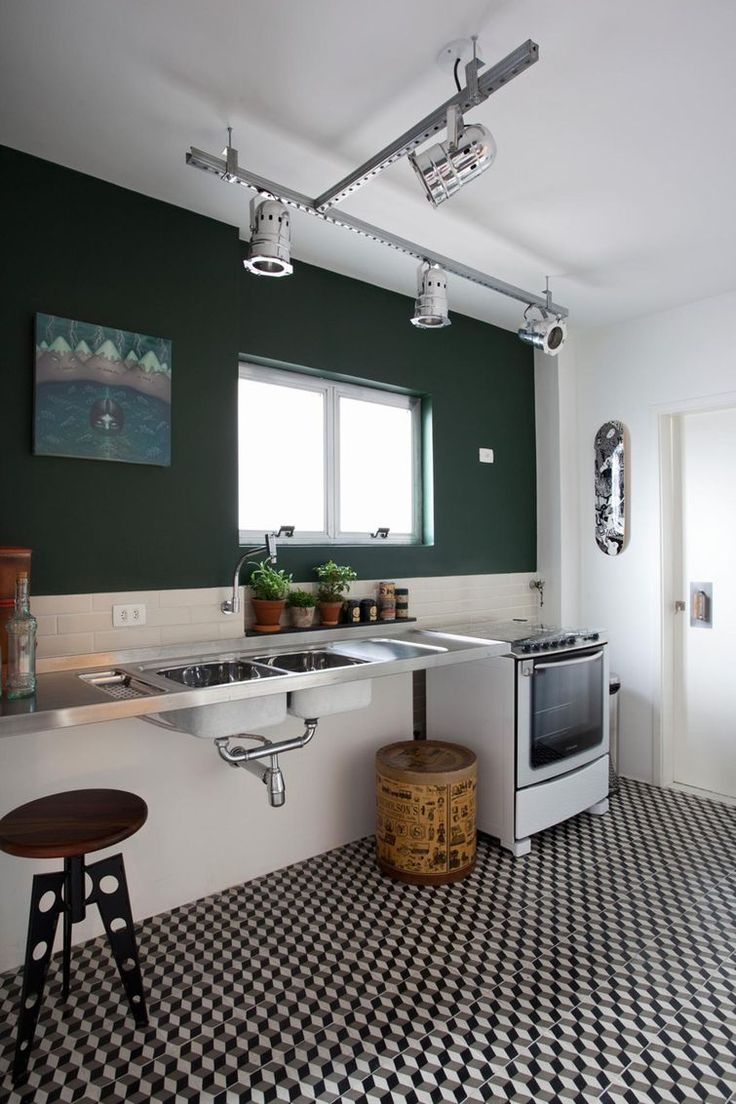 Mesmo sem armários, a cozinha ganhou outros destaques na decoração.