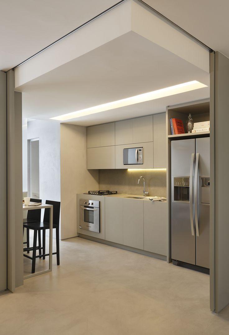 A marcenaria com o acabamento discreto leva simplicidade para essa cozinha.