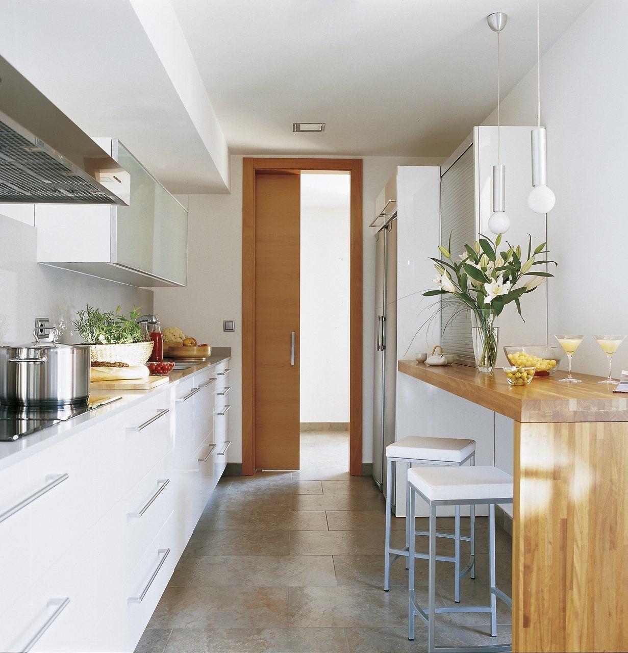 A mesa em madeira destacou a decoração dessa cozinha.