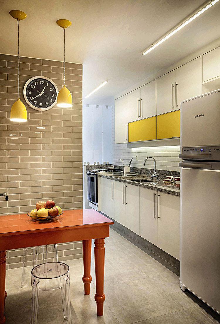 Escolha apenas uma parte da marcenaria para fazer o acabamento colorido em uma cozinha simples.