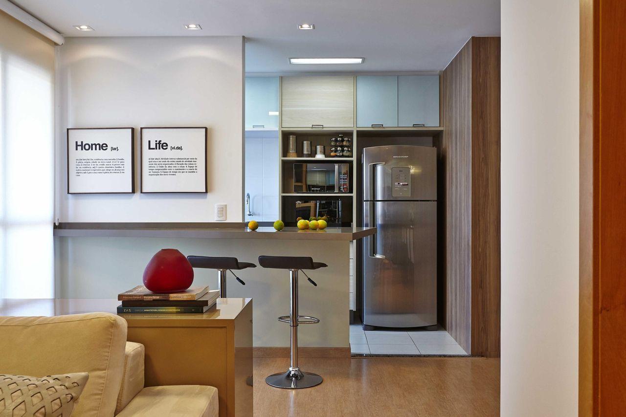 Cozinha simples com decoração clean.