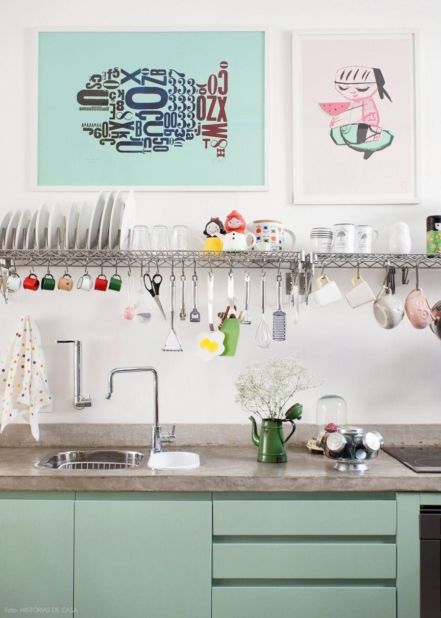 Quadros, prateleiras e utensílios aparentes são formas simples de decorar uma cozinha.
