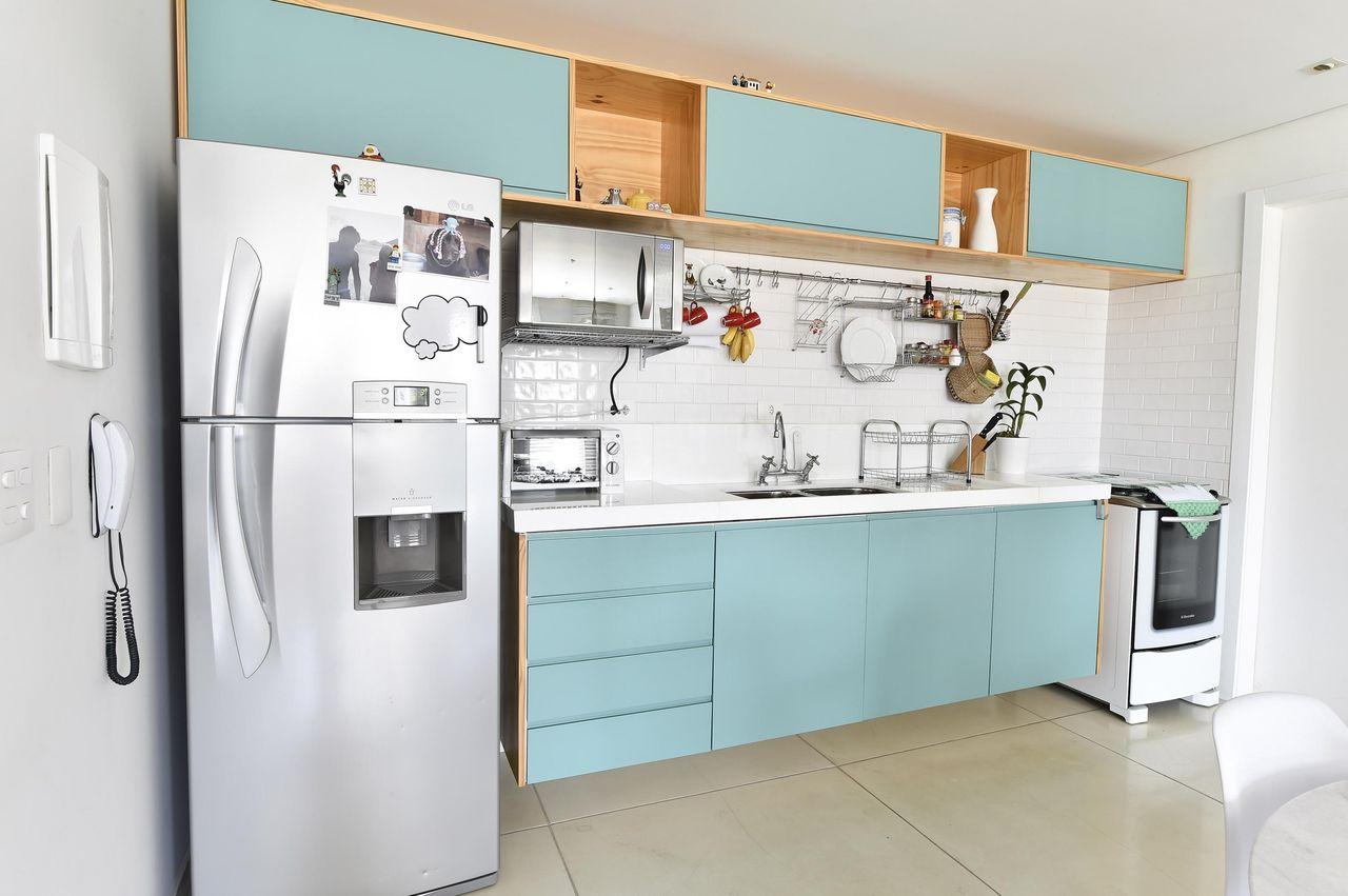 A madeira Pinus é uma opção barata e moderna para os armários da cozinha.
