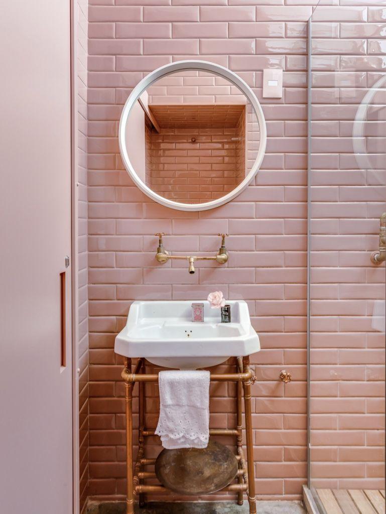 Azulejo de metrô rosa no banheiro