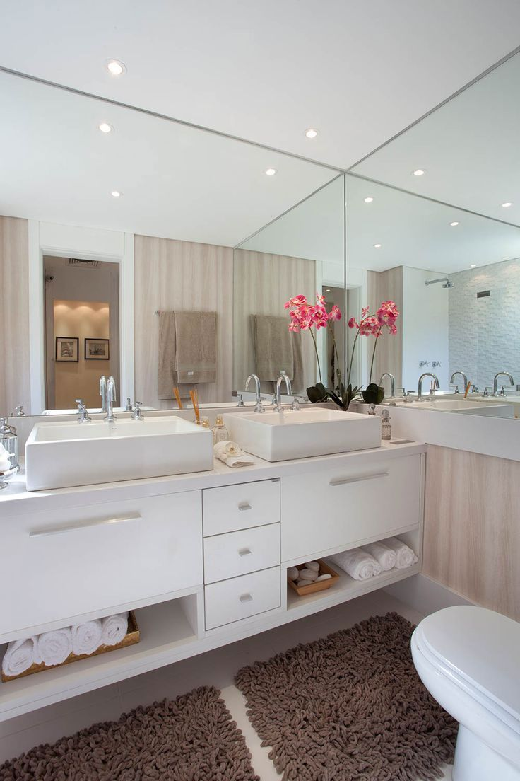 Uso de espelhos para ter amplitude no banheiro