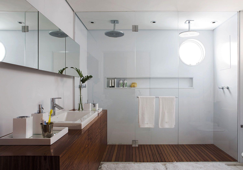 A madeira no box do banheiro leva um ar de spa para o banheiro