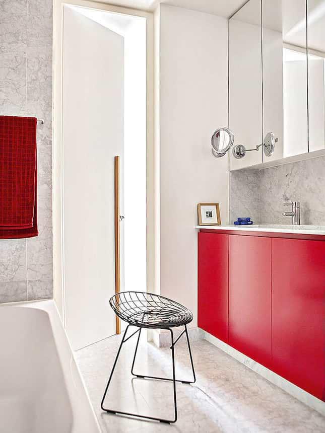 Mármore e tons de vermelho no banheiro