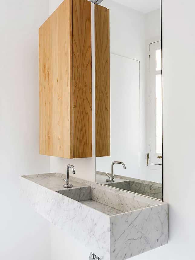 Bancada esculpida em mármore no banheiro