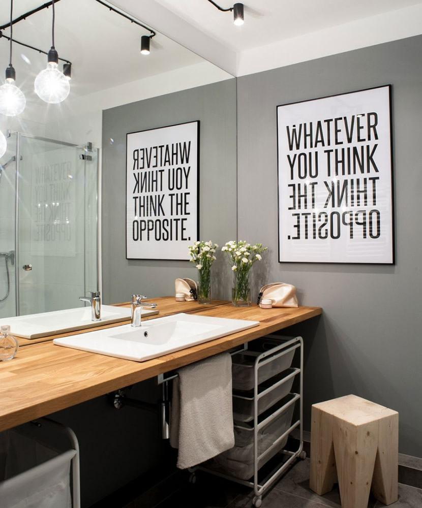 Banheiro decorado com quadro na parede